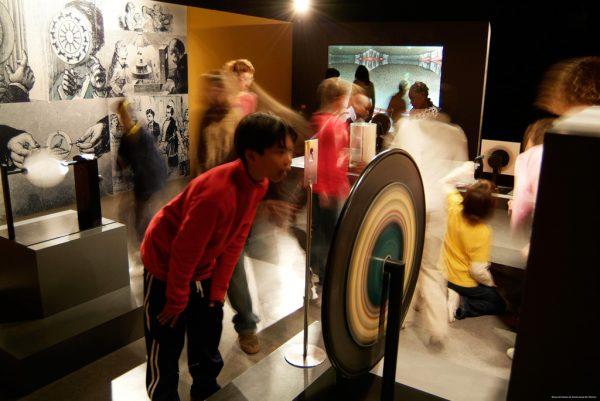Visitants gaudint a una de les sales del museu del cinema