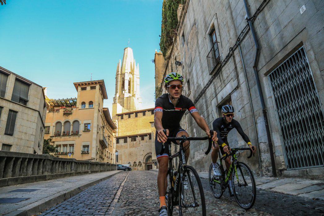 Cicilistes baixant pel Barri Vell de Girona