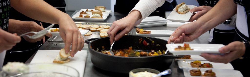 Classe de cuina a l'Aula de Cuina de Girona
