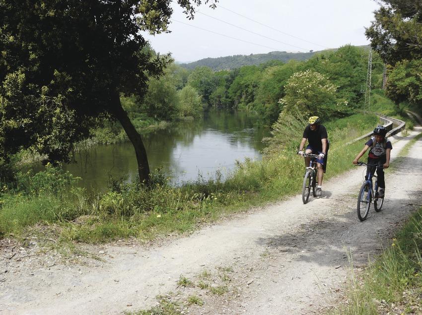 Ciclista pels camins que voregen Ter