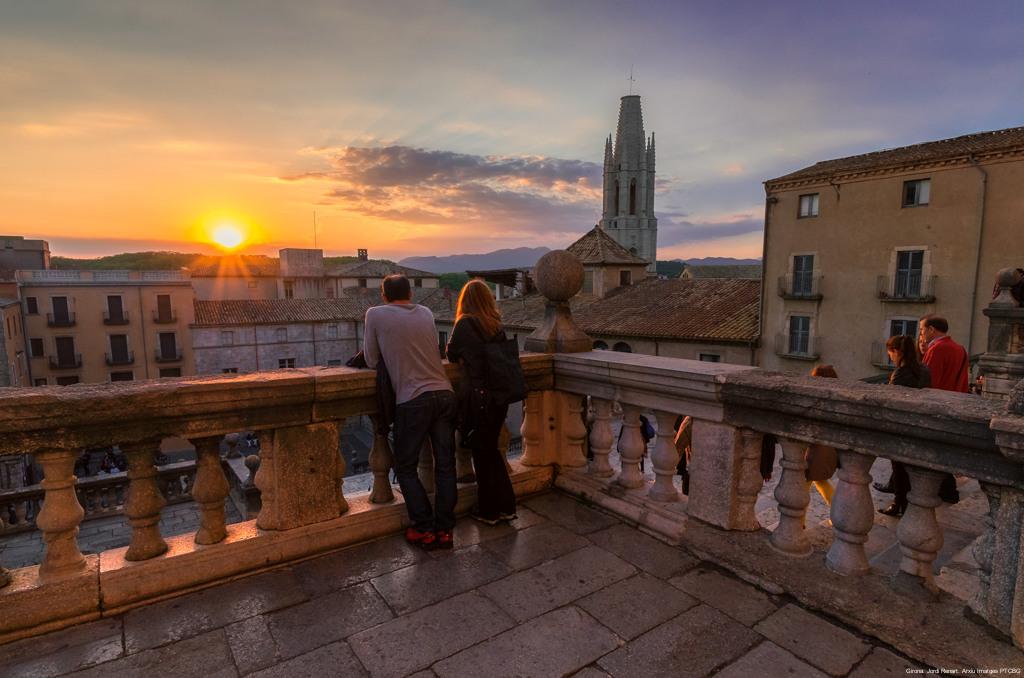 Parella a la catedral de Girona amb la posta de sol de fons