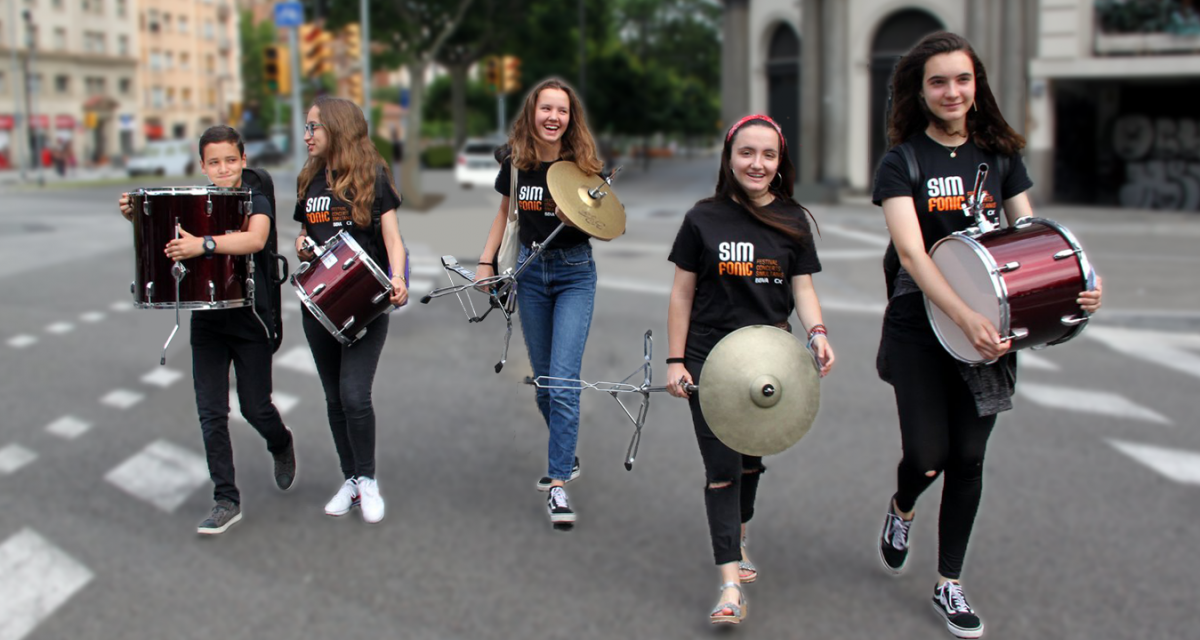 Joves musics amb instruments i camisetes del Festival Simfonic